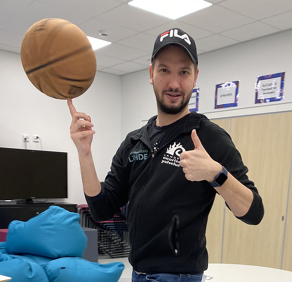 Toni pyörittää koripalloa etusormellaan.