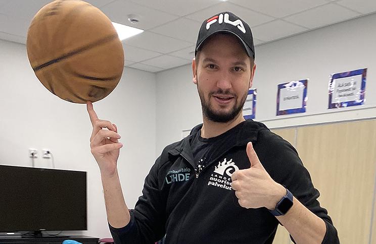 Toni pyörittää koripalloa.